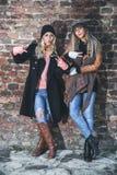 Meisjes die vredestekens tonen Royalty-vrije Stock Foto