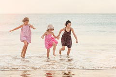3 meisjes die in water naar camera lopen Stock Foto