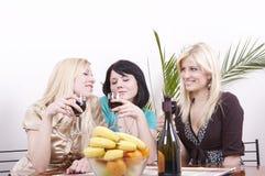 Meisjes die wijn drinken en pret hebben Royalty-vrije Stock Afbeeldingen