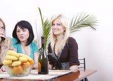 Meisjes die wijn drinken en pret hebben Stock Afbeeldingen