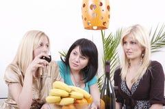 Meisjes die wijn drinken en pret hebben Stock Foto's