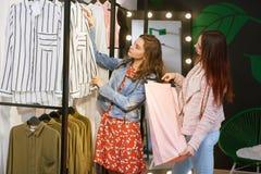 Meisjes die winkelen blijven royalty-vrije stock afbeelding