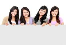 Meisjes die witte raad houden stock afbeelding
