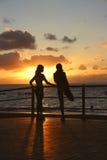 Meisjes die zich bij Zonsondergang uitrekken Stock Afbeeldingen