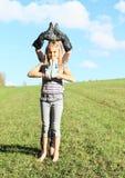 Meisjes die zich met laarzen op handen bevinden Stock Foto