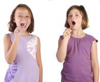 Meisjes die zijn tanden borstelen stock fotografie