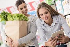 Meisjes doen die samen winkelen royalty-vrije stock foto's
