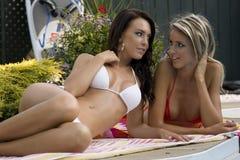Meisjes door de pool Stock Afbeeldingen