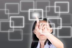 Meisjes duwende knoop met technologieachtergrond stock afbeeldingen