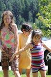 Meisjes in een koude sproeier stock afbeelding