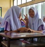 Meisjes in een Moslimgesubsidieerde lage school in Thailand stock foto's