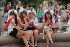 Meisjes in eenvormige school, de bogen en het lint ` Gediplomeerde ` op viering van de Laatste Vraag in Volgograd Stock Afbeeldingen