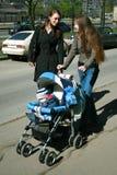 Meisjes en jong geitje Stock Foto