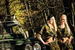 Meisjes en off-road voertuig Stock Foto's