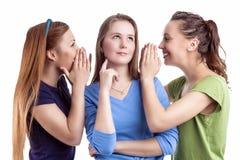 Meisjes en Vriendschapsconcept Drie Jonge Kaukasische Girlfr royalty-vrije stock foto