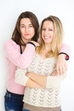 meisjes Gelukkige meisjes jonge vrouwen die samen portret van glimlachende vrienden wandelen die pret hebben Royalty-vrije Stock Foto