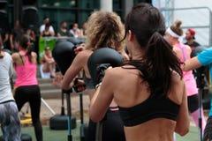Meisjes in Geschiktheidsklasse: Training met Vrije Bevindende In dozen doende Stempelzak en Snelheidsbal Stock Fotografie
