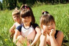 Meisjes in gras royalty-vrije stock fotografie