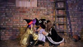 Meisjes in Halloween-Kostuums het Spreken stock footage