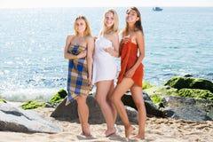 Meisjes in handdoeken die zich op strand bevinden royalty-vrije stock foto's