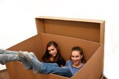 Meisjes in het bewegen van doos stock afbeeldingen