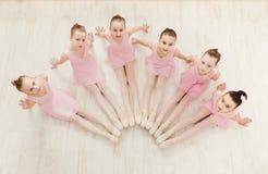Meisjes het dansen ballet in studio stock afbeeldingen