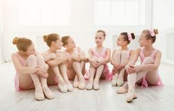 Meisjes het dansen ballet in studio Royalty-vrije Stock Afbeeldingen