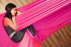 Meisjes het dromen en meditatie in hangmat het hangen in ontspannen positie Stock Foto