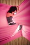 Meisjes het dromen en meditatie in hangmat het hangen in ontspannen positie Stock Foto's