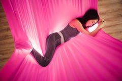 Meisjes het dromen en meditatie in hangmat het hangen in ontspannen positie Stock Afbeeldingen