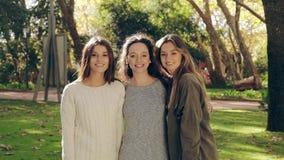 Meisjes in het en park die koesteren glimlachen stock video