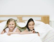 Meisjes in het kader van de Bladen van het Bed Royalty-vrije Stock Foto
