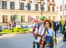 Meisjes in het kleurrijke bloemkronen selfy nemen Stock Foto