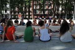 Meisjes in het park van het Plein DE Oriente in het centrum van Madrid Royalty-vrije Stock Foto