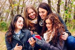 Meisjes het roddelen royalty-vrije stock foto's