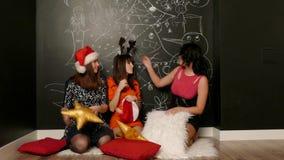 Meisjes in het spel van santakappen met hoofdkussens stock footage