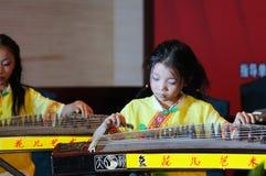 Meisjes in het spelen van guzheng Stock Fotografie