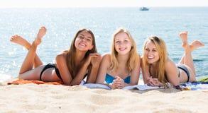 Meisjes in het swimwear samen liggen Stock Foto
