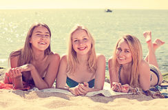 Meisjes in het swimwear samen liggen Royalty-vrije Stock Afbeeldingen