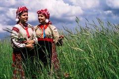 Meisjes in het Witrussische volkskostuum op de wederopbouw van volksebrard in het Gomel-gebied Stock Afbeelding