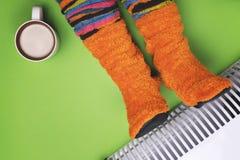 Meisjes hete dichtbijgelegen de verwarmer in sokken Stock Afbeelding