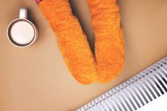 Meisjes hete dichtbijgelegen de verwarmer in sokken Royalty-vrije Stock Foto