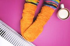 Meisjes hete dichtbijgelegen de verwarmer in sokken Stock Afbeeldingen