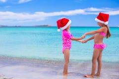 Meisjes in Kerstmanhoeden tijdens de zomervakantie Royalty-vrije Stock Afbeelding