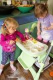 Meisjes in keuken Stock Fotografie