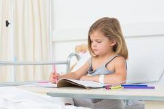 Meisjes kleurend boek in het ziekenhuis Stock Afbeelding