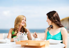 Meisjes in koffie op het strand Royalty-vrije Stock Foto's