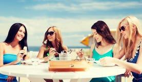 Meisjes in koffie op het strand Stock Afbeeldingen