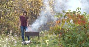 Meisjes kokend vlees op de grill cooking kok stock video