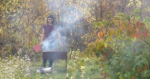 Meisjes kokend vlees op de grill cooking kok stock footage
